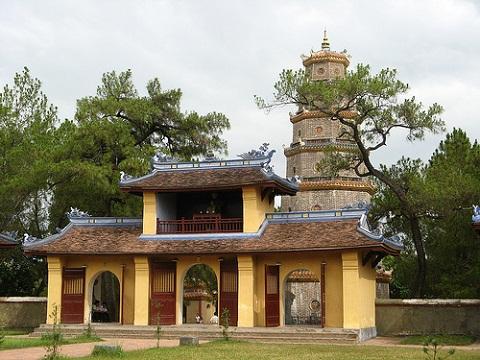 Cổng ba cửa chùa Thiên Mụ