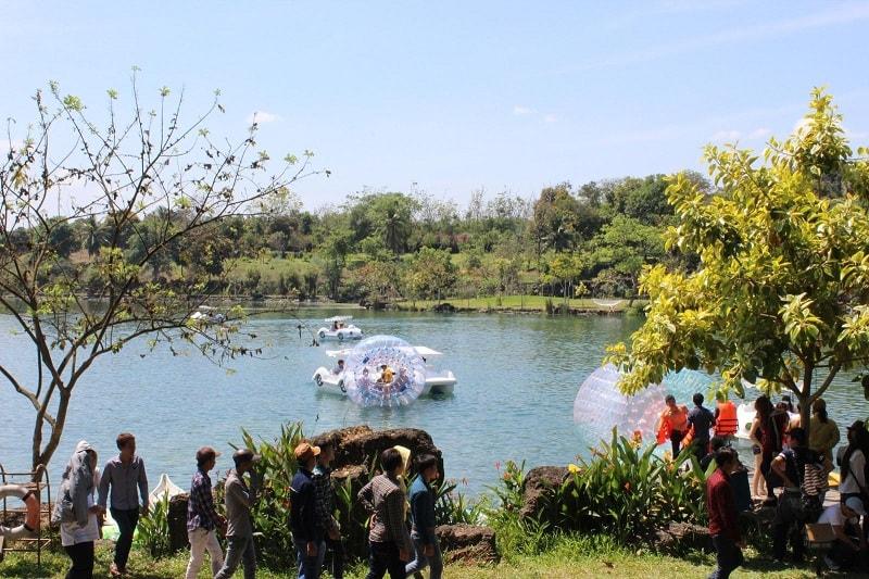 Trải nghiệm đạp xe trên nước ở công viên suối Mơ
