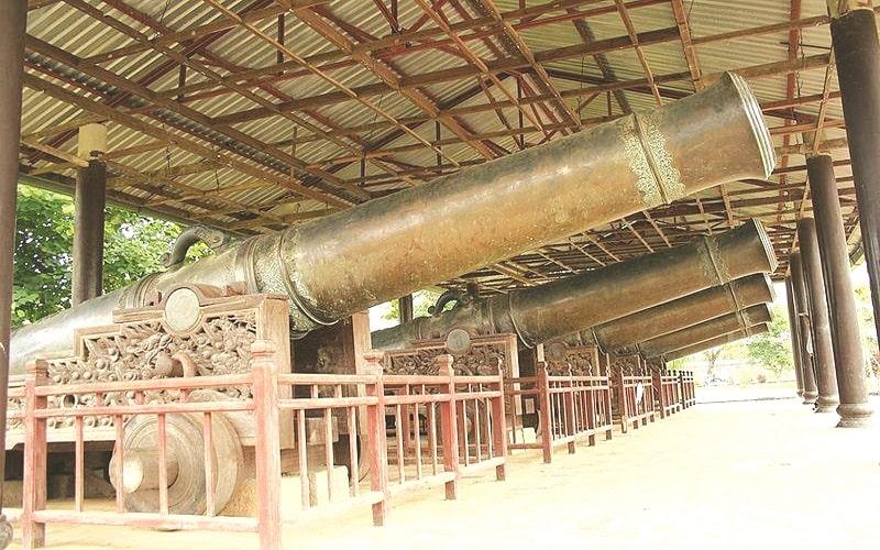 Cửu vị thần công đặt ở cửa Hiển Nhơn và Quảng Đức