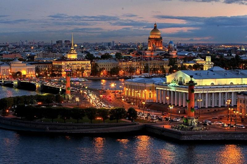 Chảy giữa lòng thành phố, Neva không chỉ là dòng sông lớn mà còn là huyết mạch giao thông, linh hồn bao bọc St. Petersburg...