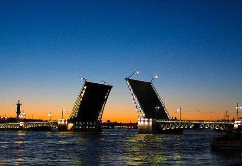 Cầu mở trên sông Neva.