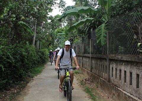 Di chuyển tới chùa Thiên Mụ bằng xe đạp