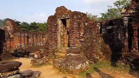 Tháp Chăm bị hư hỏng theo thời gian và chiến tranh