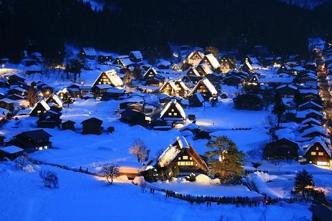 Cả khu làng cổ Shirakawago lung linh ánh đèn về đêm