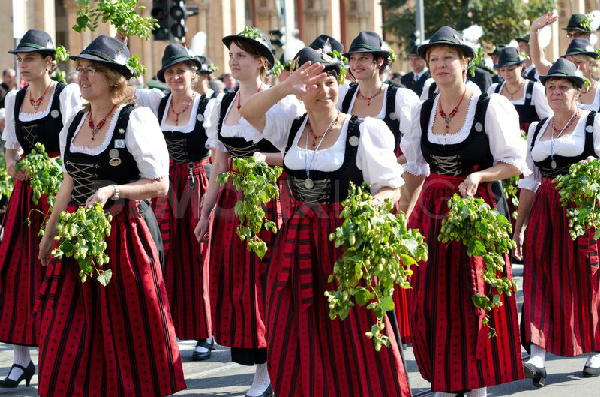 Lễ diễu hành lễ phục truyền thống.