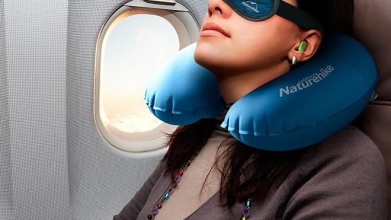 Nên chuẩn bị các vật dụng cần thiết như gối ngủ, bịt mắt...