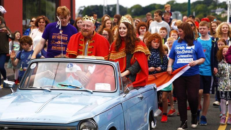 Alan O' Neill và Emma Ni Chearuil - Vua và Hoàng hậu tóc đỏ mới đăng cơ - được ngồi trên một chiếc xe đi diễu hành khắp con phố trong sự đón chào nồng nhiệt của những người tham gia.