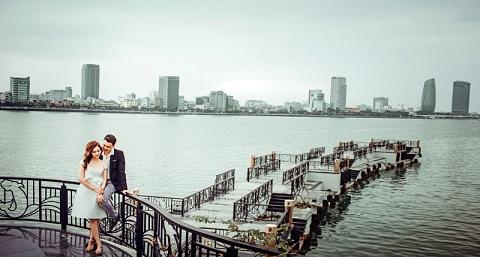 Đôi uyên ương chụp ảnh cưới tại cầu Tình Yêu Đà Nẵng