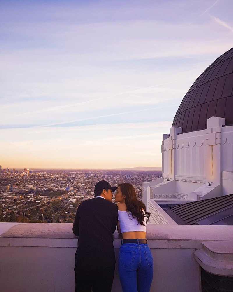 Cặp đôi ngắm cảnh tại đài quan sát Griffith ở Los Angeles