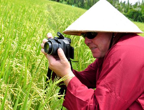 Khách Tây khám phá đồng ruộng Việt Nam3