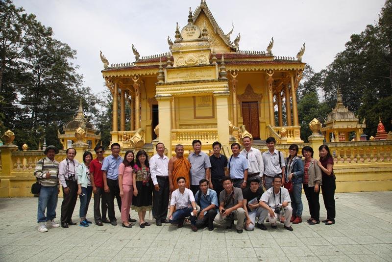 du khách đến chùa