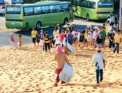 Du khách đi đồi cát bay Mũi Né