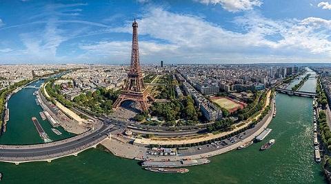 Du khách dạo thuyền trên dòng sông Seine ngắm nhìn tháp Eiffel