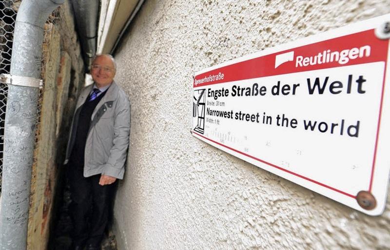 Không có nhiều điều để khám phá ở Spreuerhofstrasse, và nó cũng không đặc biệt lắm. Để đi trên phố, mọi người phải ép mình qua khoảng trống giữa hai bức tường.