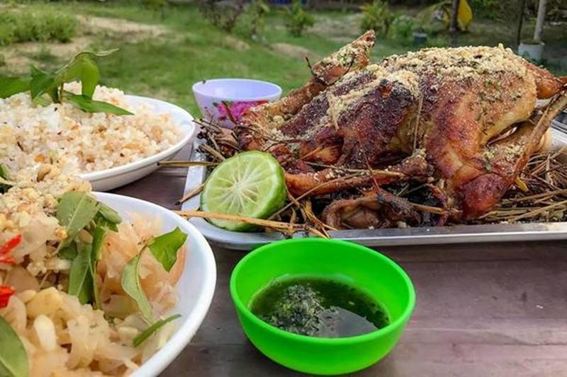 Món gà đốt ở Ô Thum hấp dẫn thực khách bởi vị ngon đặc trưng