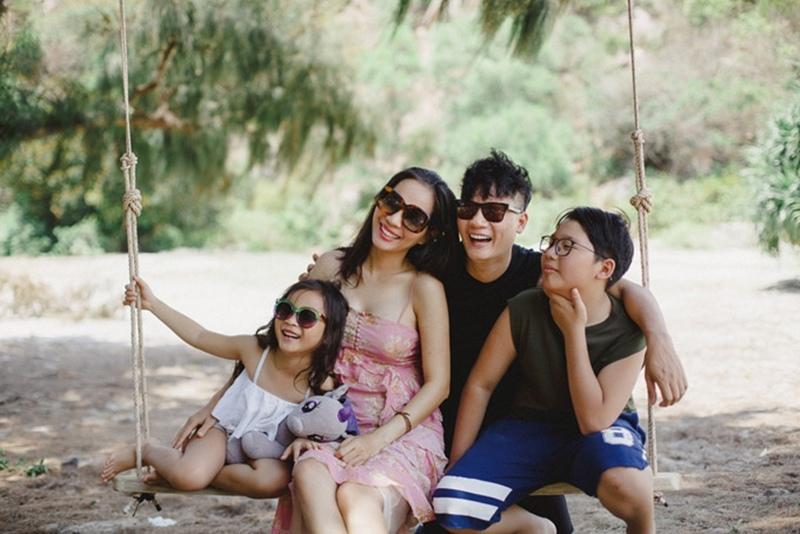 Gia đình Hoàng Bách hạnh phúc cùng nhau đi du lịch ở hoang đảo