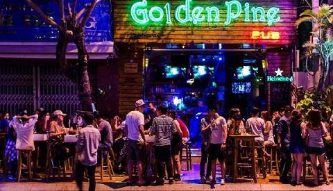 Nhiều du khách chọn lựa Golden Pine Bar là nơi giải trí về đêm tại Đà Nẵng