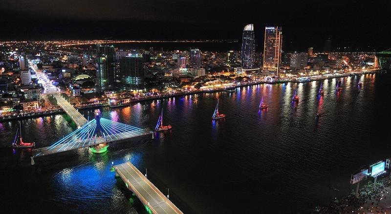 Nhiều du khách khi tới Đà Nẵng thích thú ngắm cầu Sông Hàn quay.