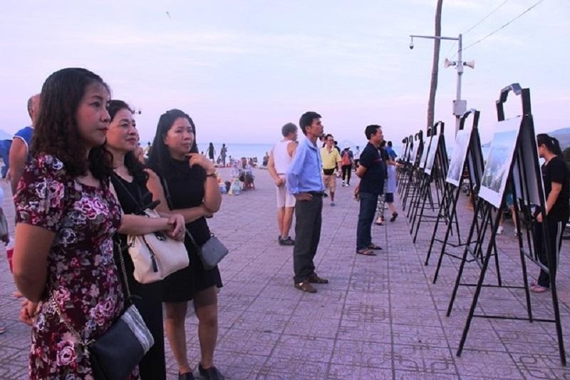 Đông đảo người dân và du khách tham quan tại triển lãm