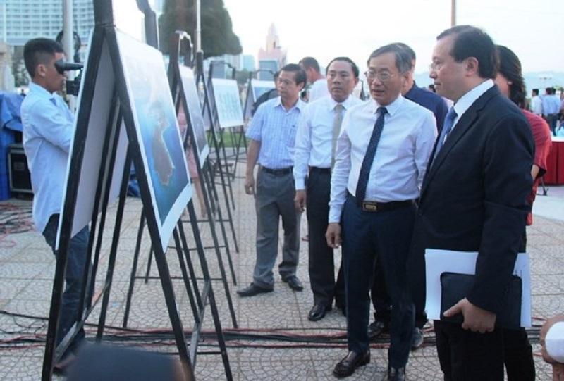 Các đại biểu tham quan trưng bày ảnh
