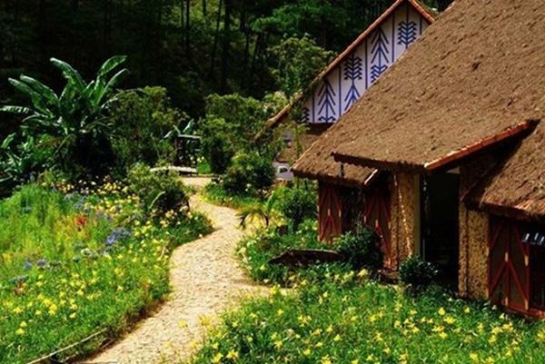 Những lối đi đầy hoa cổ điển và lãng mạn không kém những câu chuyện cổ tích.