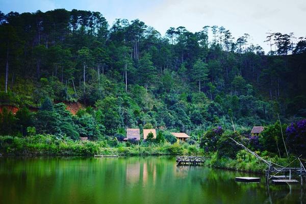 Ngôi làng bình yên trong khung cảnh non nước hữu tình.