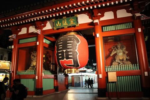 Đến đền Senso-ji ăn uống