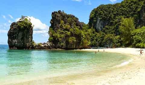 Krabi là thị trấn nghỉ dưỡng, thủ phủ của tỉnh Krabi, Thái Lan, ở bờ biển Andarman.