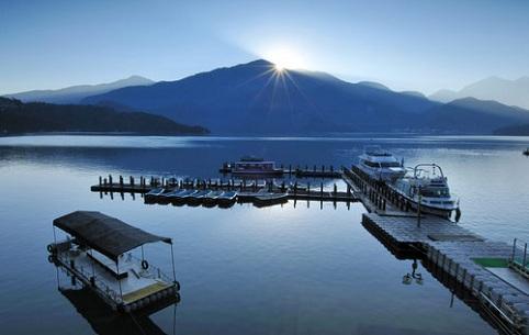 Hồ Nhật Nguyệt được bao phủ bởi núi non trùng điệp