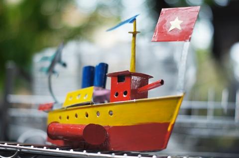 Tàu thủy sắt tây dần trở thành món đồ chơi trung thu xa lạ.