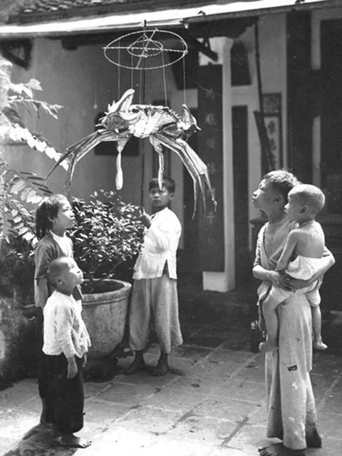 Đèn lồng hình con cua - đồ chơi trung thu dân gian của trẻ em Việt Nam xưa.