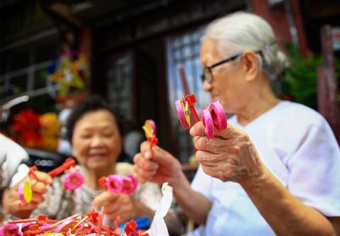 Trống bỏi là đồ chơi trung thu quen thuộc với nhiều bậc cao niên Việt Nam.