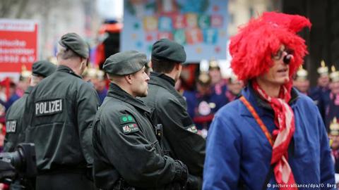 Cảnh sát vũ trang mặc đồng phục