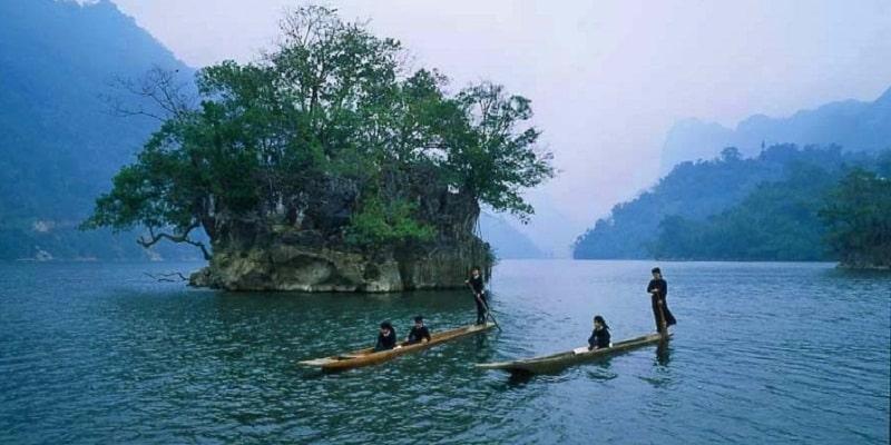 Dạo quanh hồ Ba Bể trên thuyền độc mộc ngắm thiên nhiên hùng vĩ