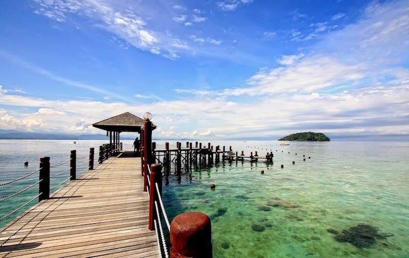 Chiếc cầu tre bắt ra giữa biển, cảm nhận được hết cái nắng ngày hè của vùng biển hiền hoà này.