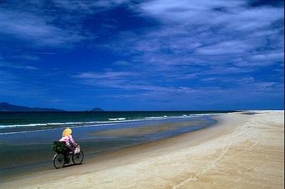 Vẻ đẹp trong xanh biển Cửa Đại