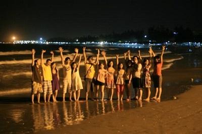 Du khách khám phá về đêm biển Cửa Lò