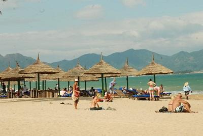 Du khách nghỉ ngơi ở biển Ninh Chữ