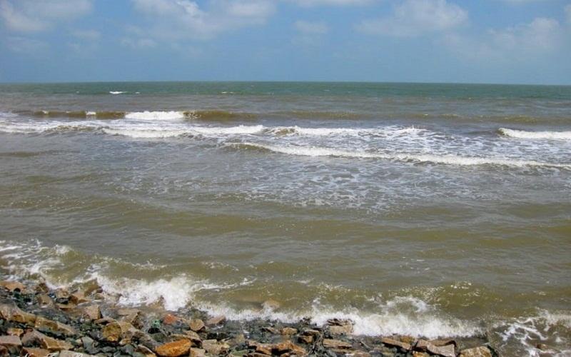 Sóng vồ rì rào bên triền bờ của biển Ba Động