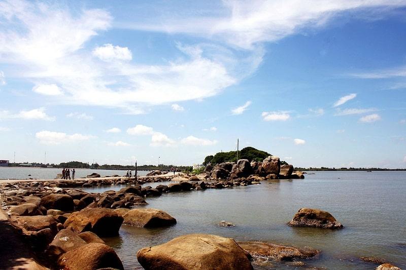 Bãi biển Khai Long có nhiều ghềnh đá nhấp nhô thích hợp để chụp ảnh