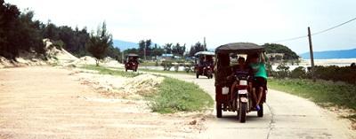 Du lịch biển Quan Lạn với xe tuktuk