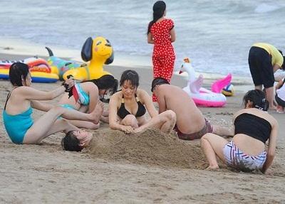 Du khách tắm thỏa thích trên bãi biển Sầm Sơn