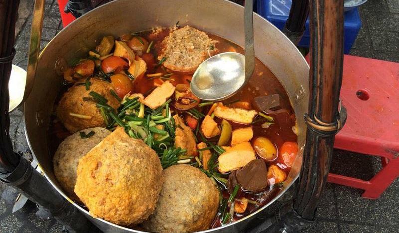 Gánh bún riêu sang chảnh bên hông chợ Bến Thành là quán ăn được nhiều khách du lịch tìm đến mỗi khi du lịch Sài Gòn và lang thang ở chợ Bến Thành