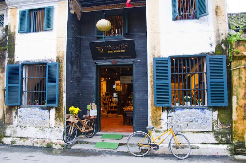 Tương đồng với phong cách rất Việt, thực đơn của Reaching Out cũng gợi cho khách đến đây về một trà quán thời xưa.