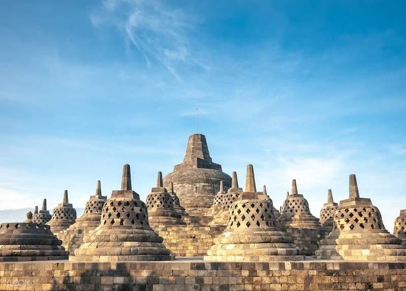 Nhìn tổng quan ngôi chùa Borobudur, Indonesia đẹp như tranh với những bức tượng Phật khổng lồ