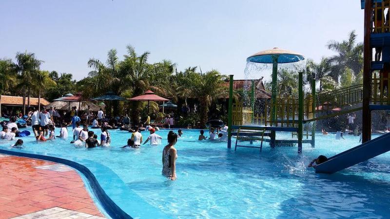 Bên cạnh đó là các trò chơi nhẹ nhàng, thích hợp với các em nhỏ như bể tạo sóng, sông lười, bể vầy trẻ em