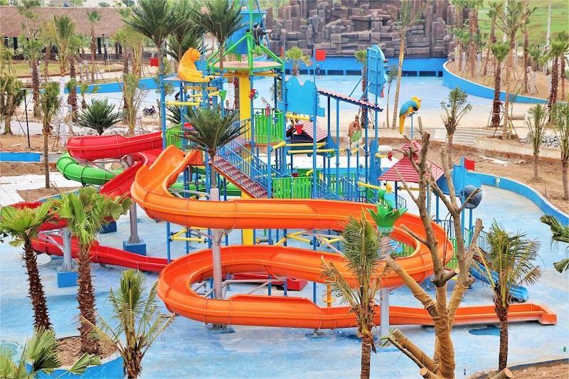 Đây là công viên nước được đầu tư đồng bộ hiện đại với những thiết kế độc đáo nhiều màu sắc rực rỡ, cùng nhiều trò chơi hấp dẫn.