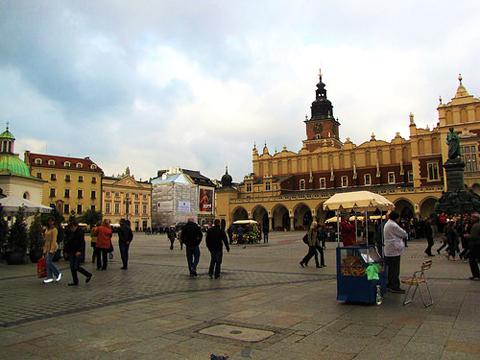 Quảng trường Rynek Glo'wny, quảng trường Trung cổ lớn nhất châu Âu.