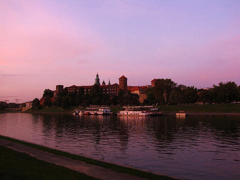 Dạo bộ khám phá thành phố và môi trường xung quanh là một trải nghiệm thú vị ở Krakow.