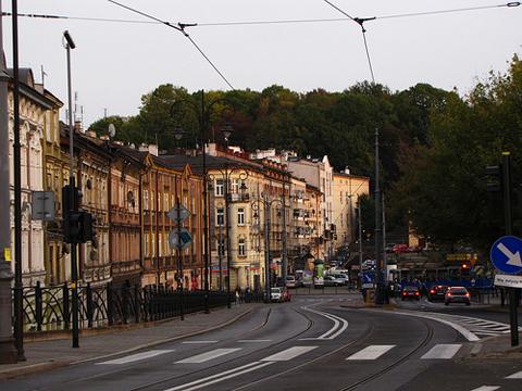 Có một số tuyến đường đẹp có thể đi bộ từ Cổng Florian tới lâu đài Wawel.